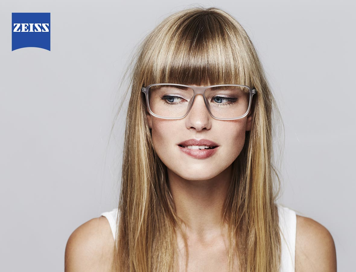 Woman wearing glasses with ZEISS lenses
